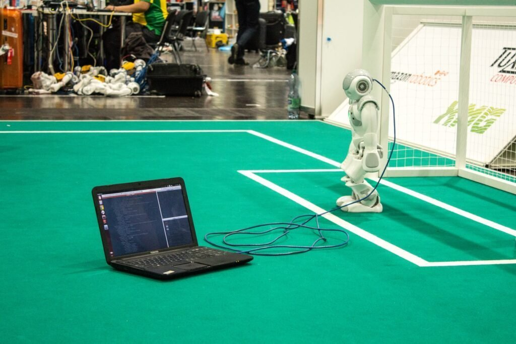 Robotvoetbal - C M via Unsplash