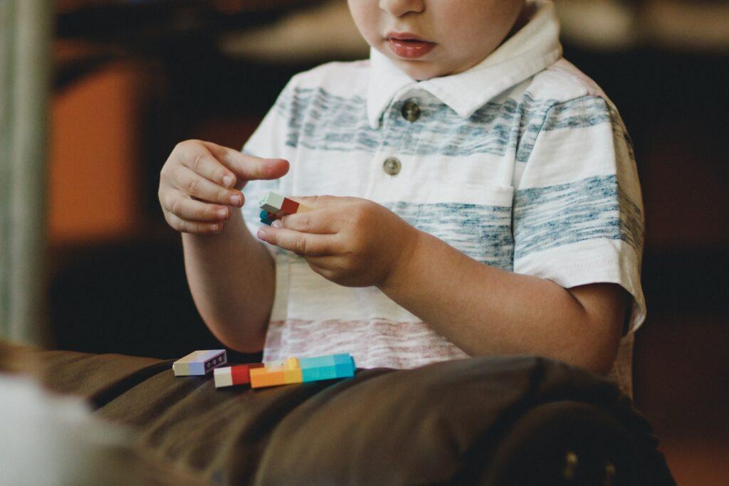 Kind met lego - Caleb Woods via Unsplash