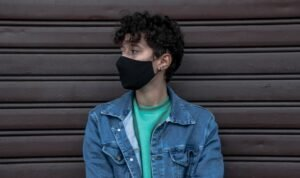 Persoon met mondkapje - Hamza Nouasria via Unsplash