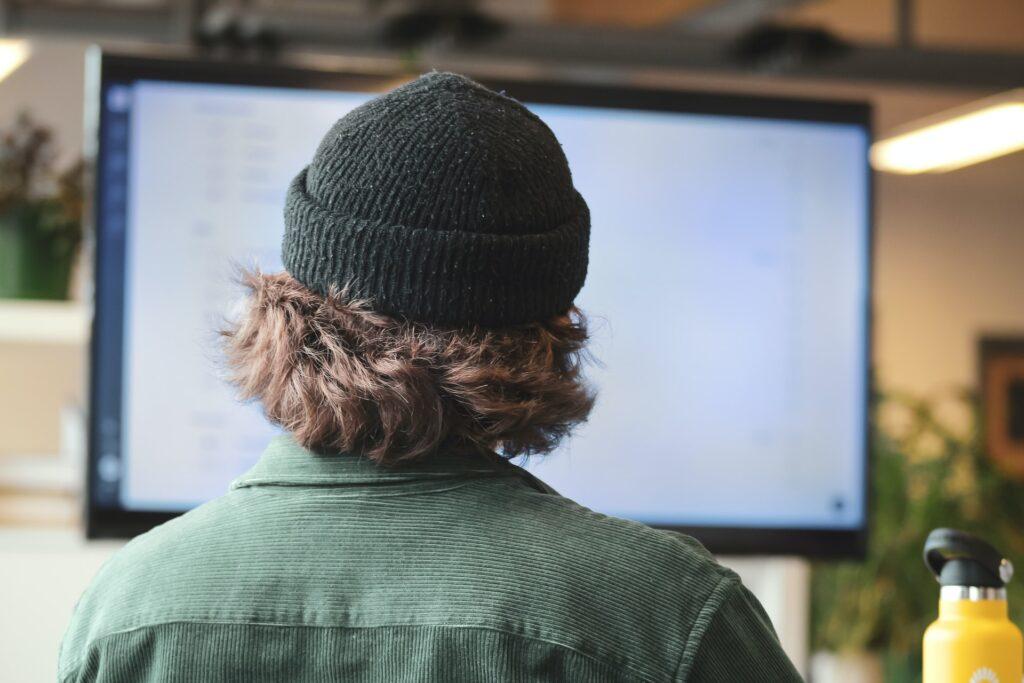 Jongere met hoed online - Sigmund via Unsplash