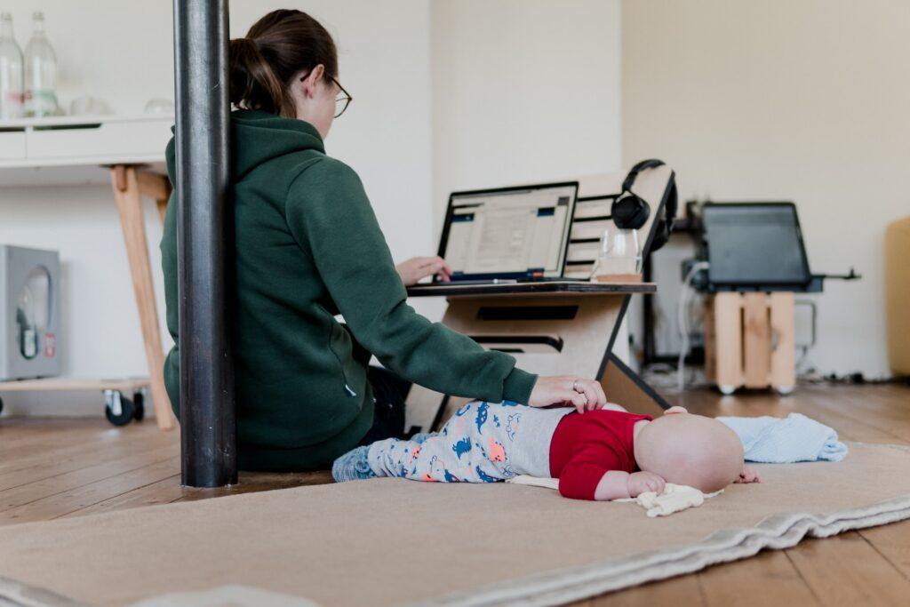 Thuiswerk met baby - Standsome Worklifestyle via Unsplash