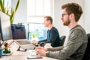 Jongeren achter computer - Tim van der Kuip via Unsplash