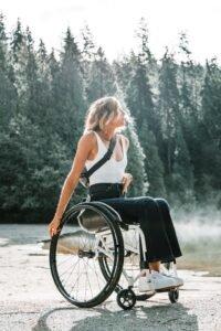 Vrouw in rolstoel - Zachary Kyra-Derksen via Unsplash
