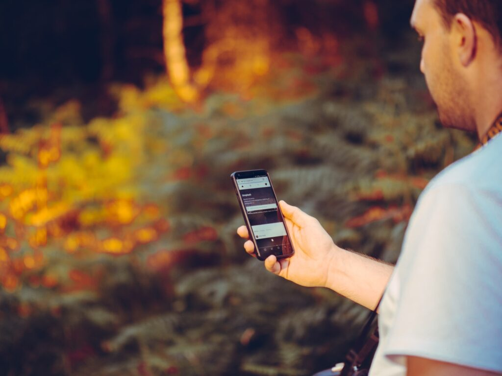 Wandelen met mobieltje - Jamie Street via Unsplash