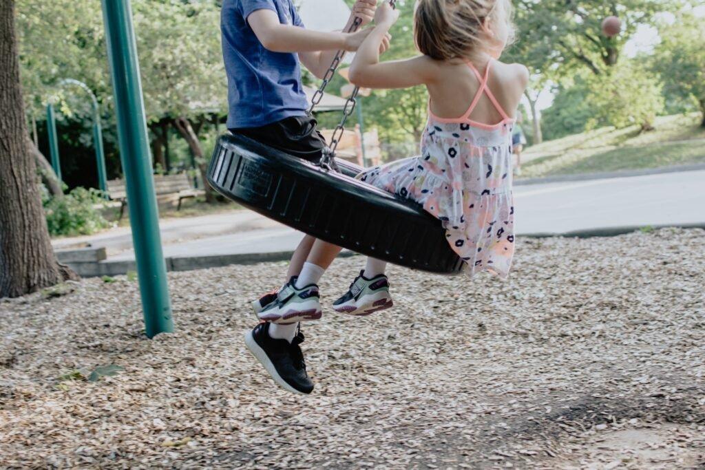 Spelende kinderen - Kelly Sikkema via Unsplash