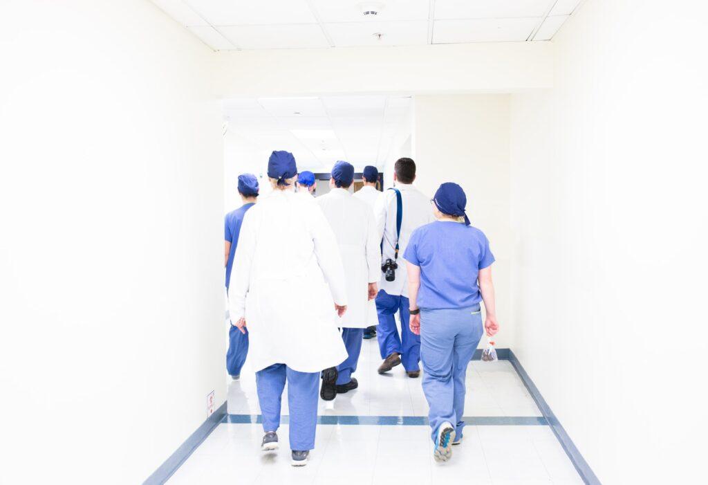 Personeel ziekenhuis - Luis Melendez via Unsplash