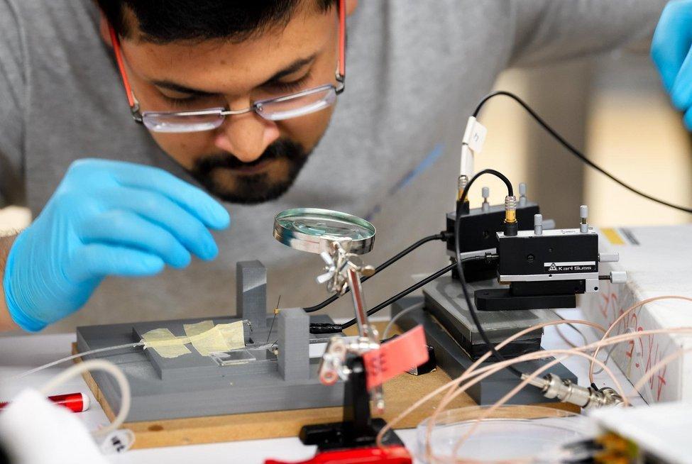 Studenten onderzoeken biosensoren die snel griep meten in speeksel. Foto: SensUs