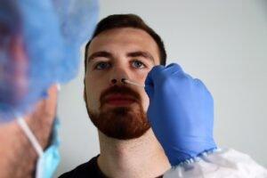 Coronastaafje in neus - Maskmedicare Shop via Unsplash