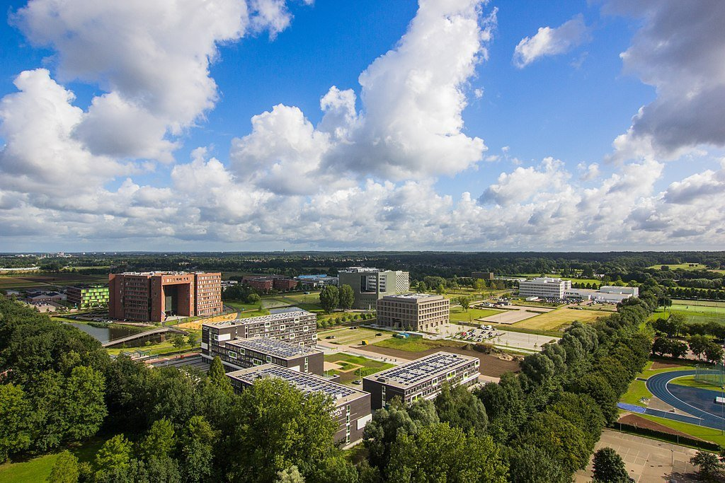 Luchtfoto van de WUR-campus. Foto: Van Gooien via Wikimedia Commons [CC BY-SA 4.0]