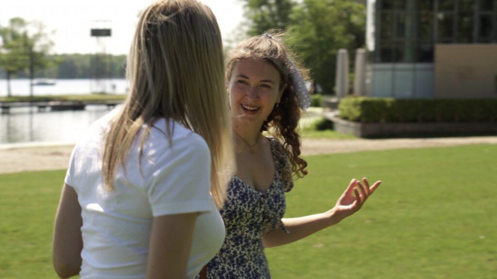 Screenshot uit de film Coronamore